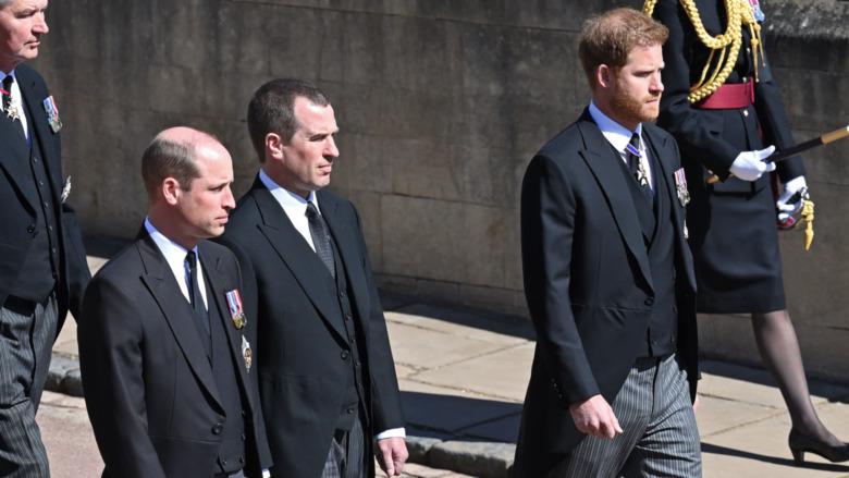 El príncipe Guillermo y el príncipe Harry en la procesión fúnebre del príncipe Felipe