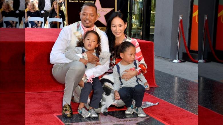 Terrence Howard y Mira Pak posan con sus hijos