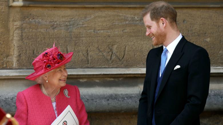 El príncipe Harry le sonríe a la reina