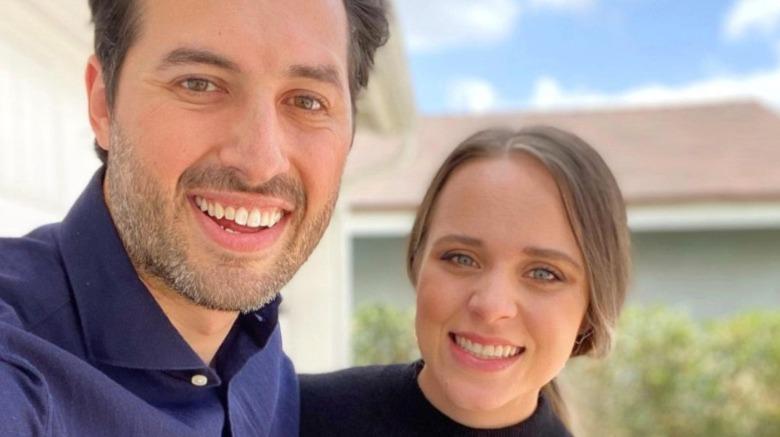 Jeremy Vuolo y Jinger Duggar sonriendo en selfie fuera de casa