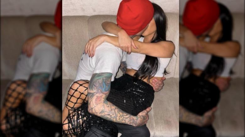 Travis Barker y Kourtney Kardashian besándose
