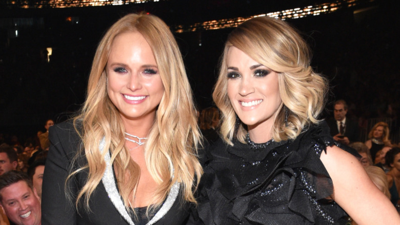 Miranda Lambert y Carrie Underwood sonriendo