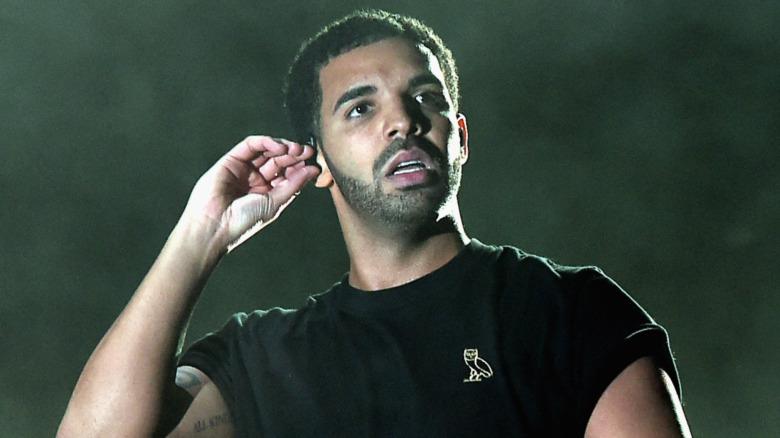 Drake actuando en el escenario