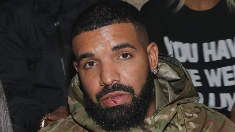 Drake mirando al frente en la Semana de la Moda