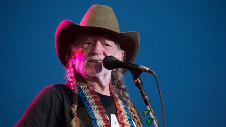 Willie Nelson interpretando