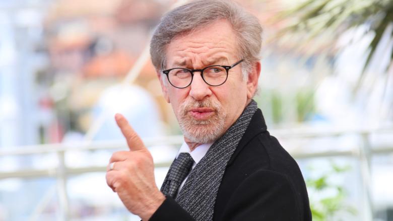 Steven Spielberg levantando un dedo