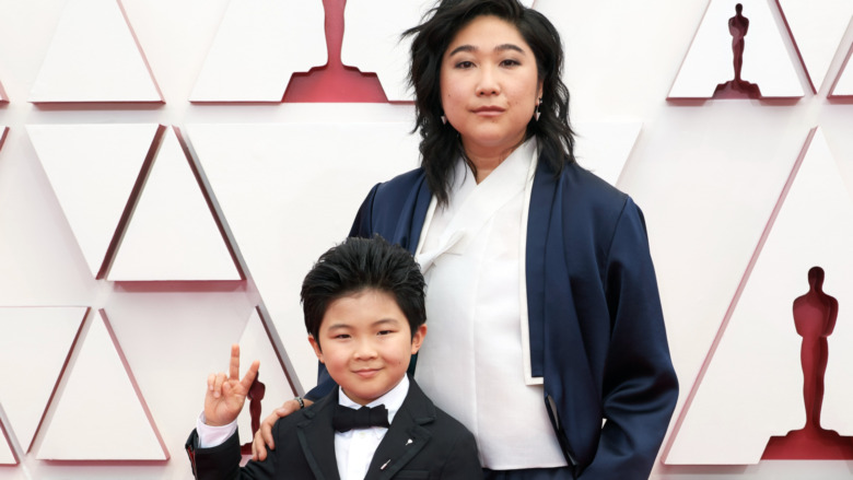 Alan Kim y Christine Oh posando en la alfombra roja de los Oscar