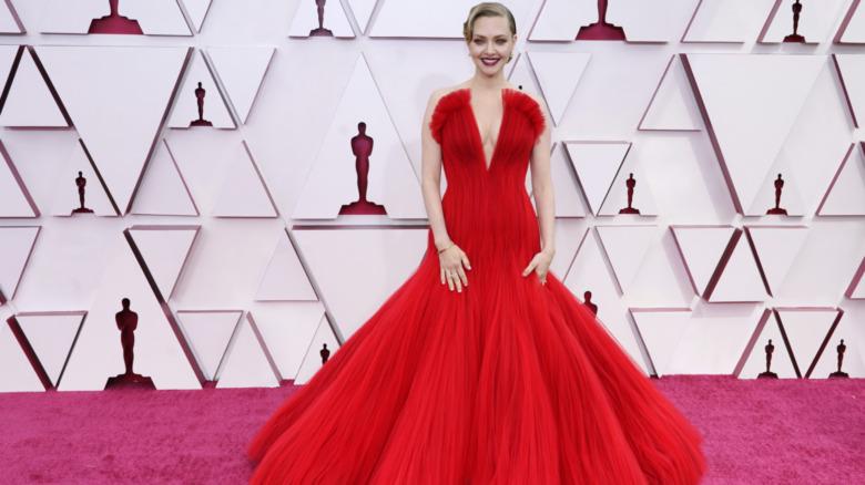 Amanda Seyfried posando en los Oscar 2021