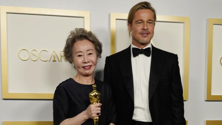 Yuh-Jung Youn posa con Brad Pitt