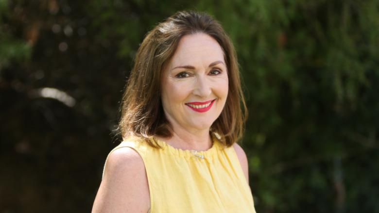 Nora Dunn sonriendo