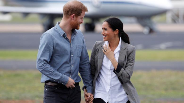 El príncipe Harry y Meghan Markle se dan la mano