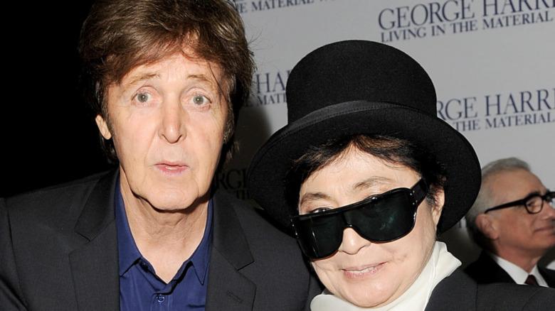 Paul McCartney y Yoko Ono sonriendo en 2011