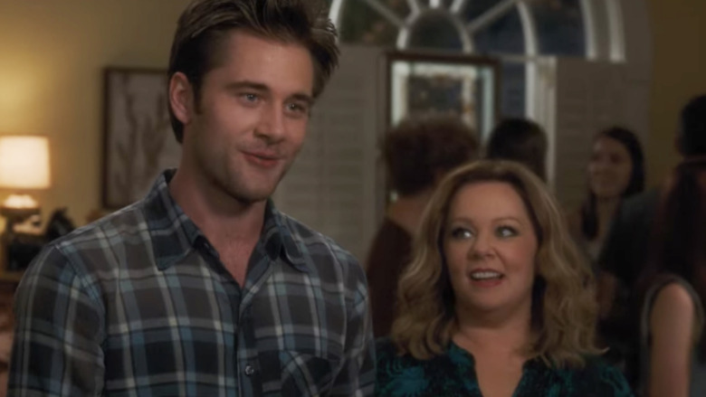 Luke Benward y Melissa McCarthy en 'Life of the Party'
