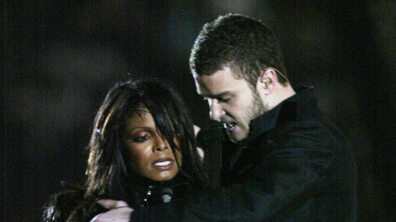 Janet Jackson y Justin Timberlake actuando en el espectáculo de medio tiempo del Super Bowl 2004