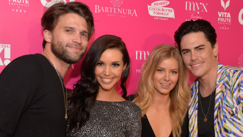 Tom Schwartz, Scheana Shay, Ariana Maddix y Tom Sandoval posando para una foto