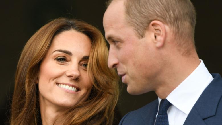 Kate Middleton sonriendo al príncipe William