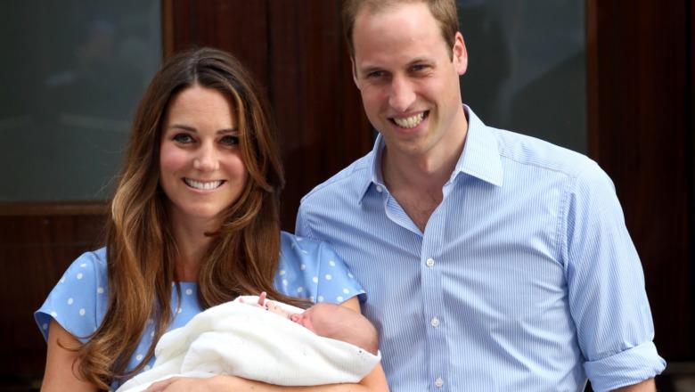 Kate Middleton y el príncipe William posan con un infante, el príncipe George