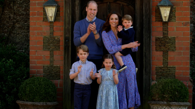 El príncipe William y Kate Middleton posando con sus hijos