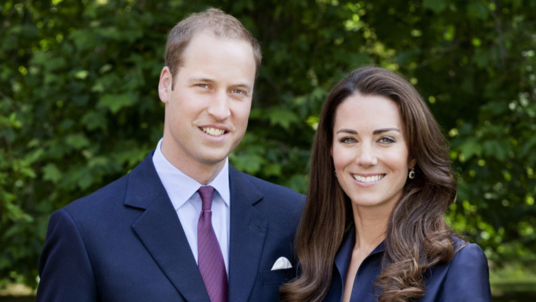El príncipe William y Kate Middleton posando para el retrato oficial de la gira