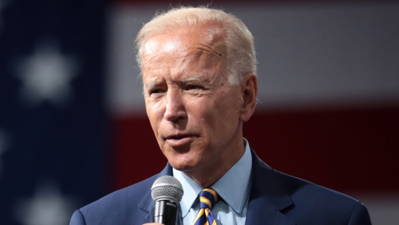 Joe Biden sosteniendo un micrófono