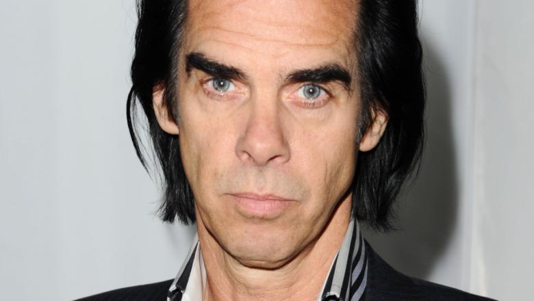 Nick Cave mirando directamente a la cámara con expresión seria