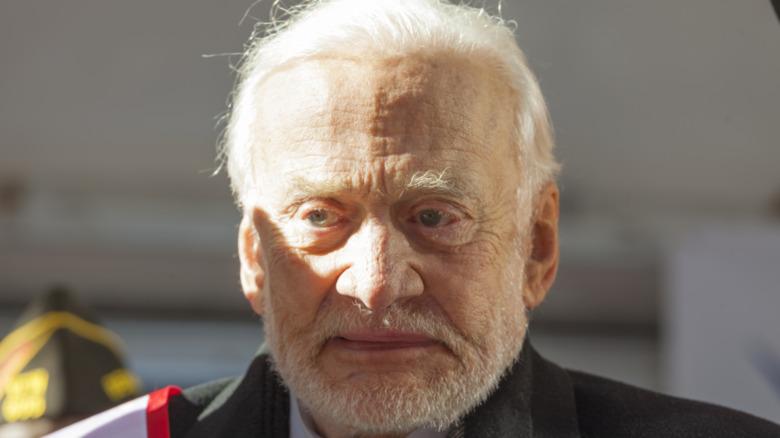 Buzz Aldrin mirando estoicamente frente a él.