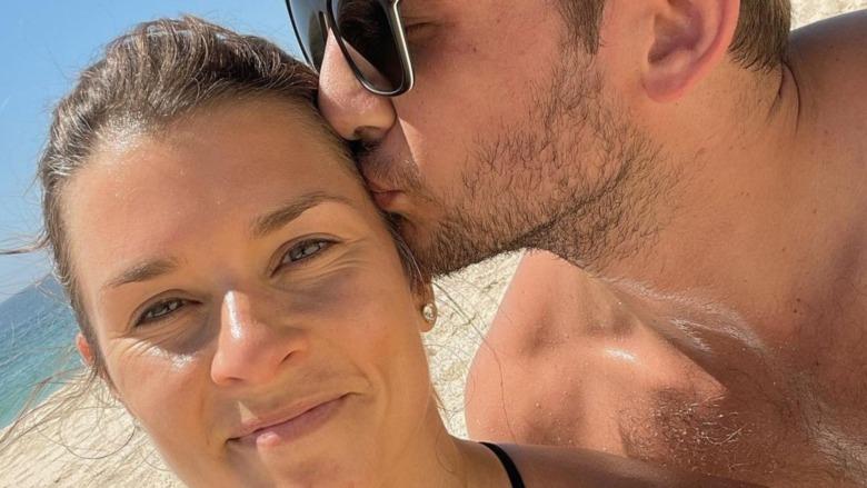 Danica Patrick y Carter Comstock en la playa