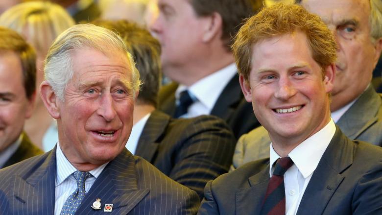 El príncipe Carlos y el príncipe Harry riendo