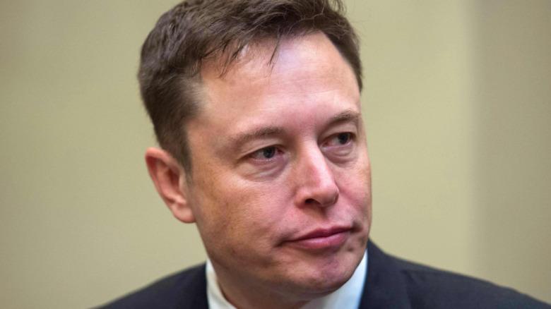 Elon Musk con expresión seria.