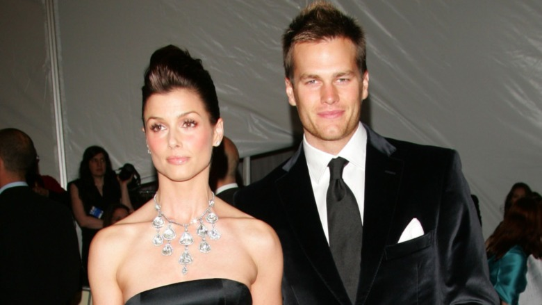 Bridget Moynahan y Tom Brady posando juntos para las cámaras en la alfombra roja