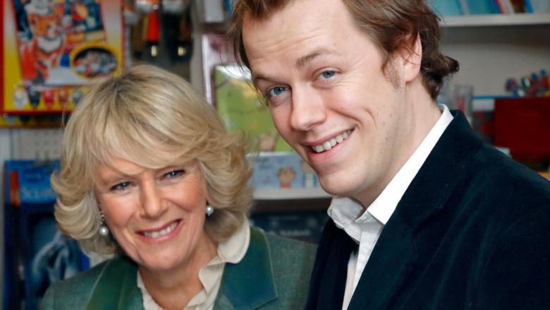 Camilla Parker Bowles y su hijo Tom Parker Bowles sonriendo