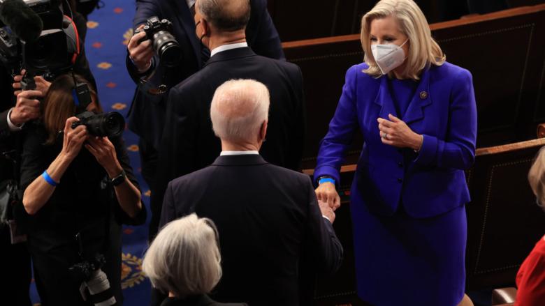 Joe Biden golpea con el puño a Liz Cheney