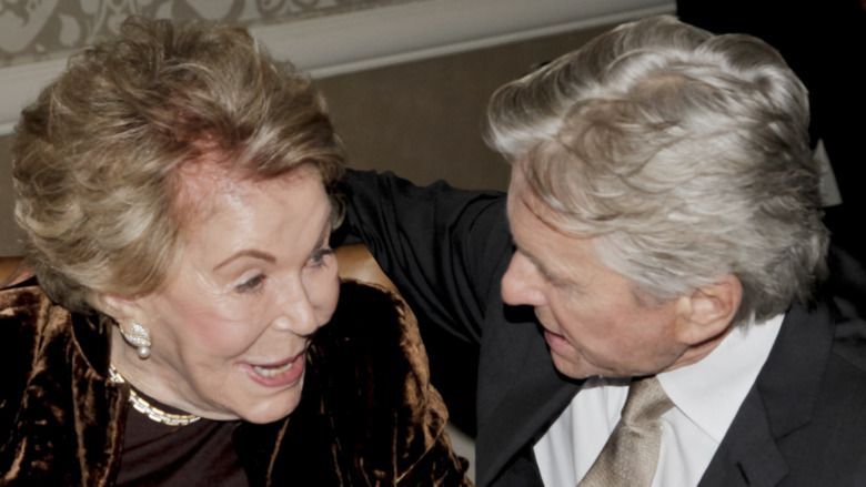 Anne Douglas y Michael Douglas hablando