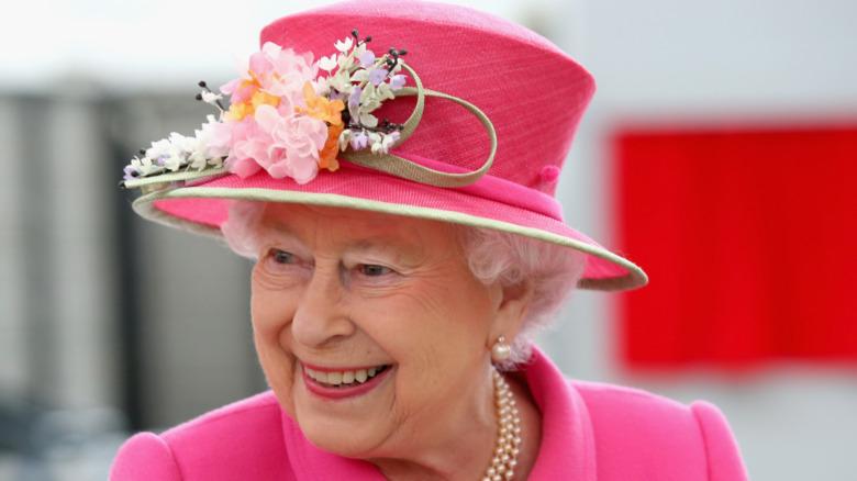 Reina Isabel II en rosa