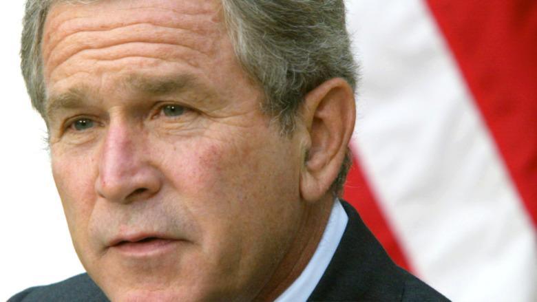 George Bush hablando en un evento mientras era presidente