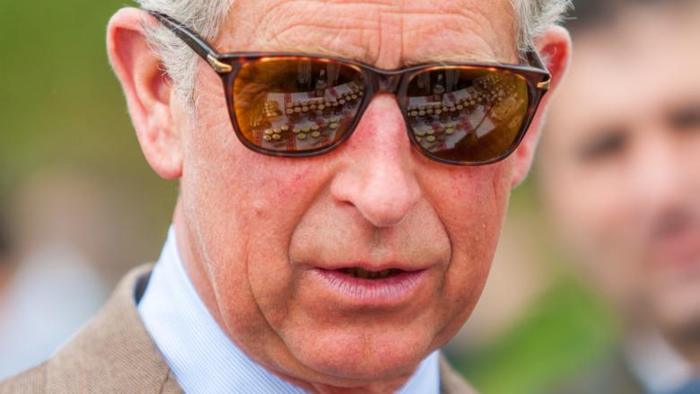 El príncipe Carlos con gafas de sol