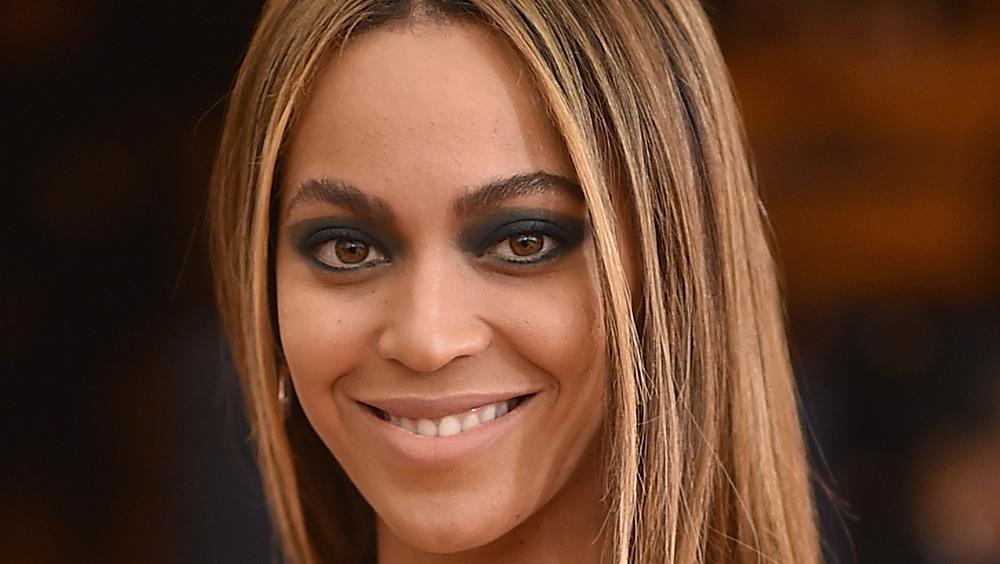 Beyonce sonriendo en la alfombra roja