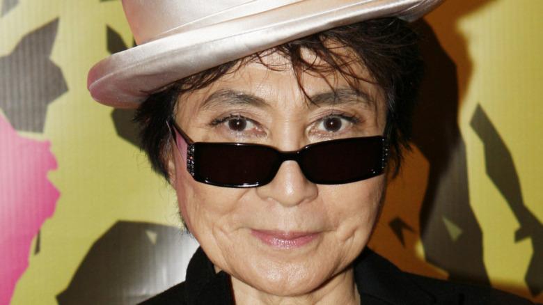 Yoko Ono posa con gafas de sol y sombrero