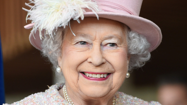 Reina Isabel sonriendo