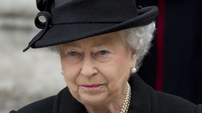 La reina Isabel II vestida de negro