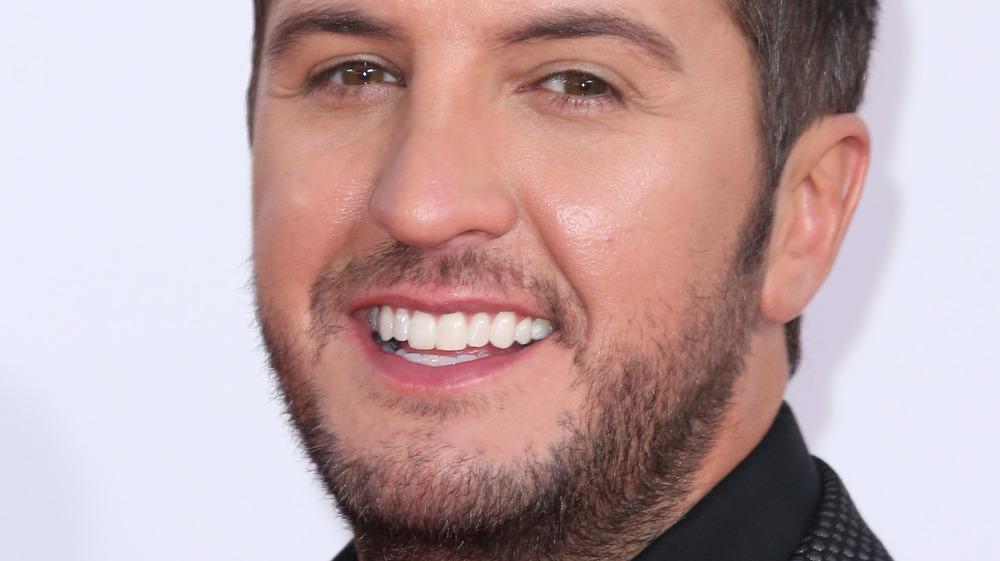 Luke Bryan sonriendo