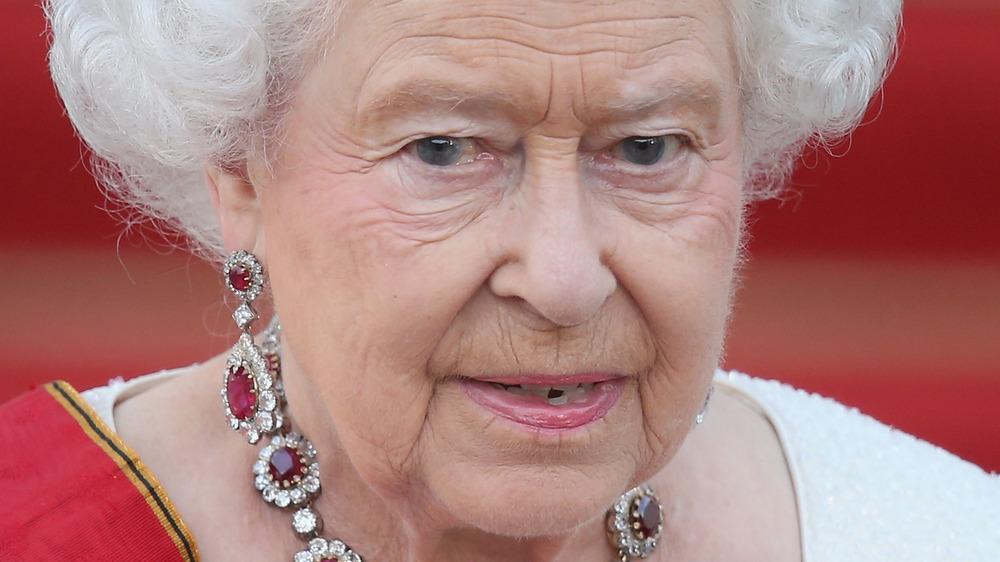 La reina Isabel II mirando a la multitud
