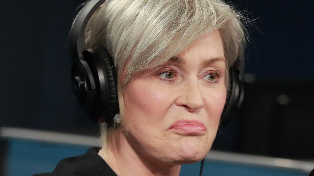 Sharon Osbourne frunciendo el ceño durante una entrevista