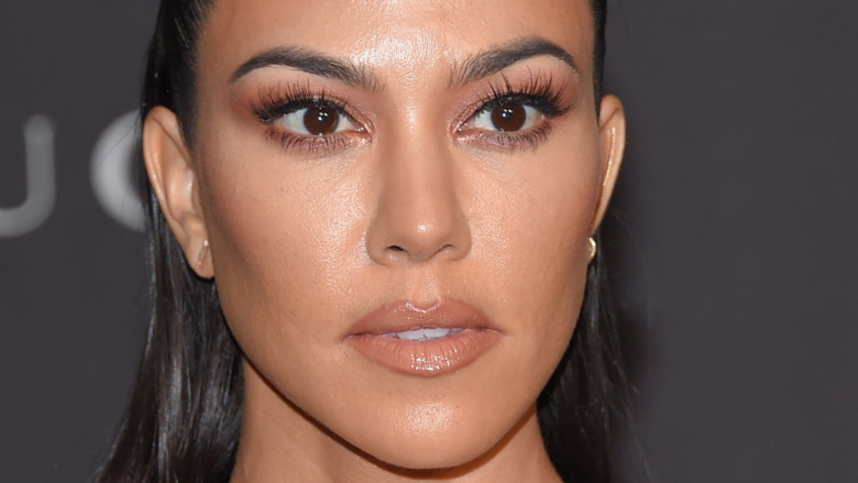 Kourtney Kardashian da una mirada amenazante en la alfombra roja