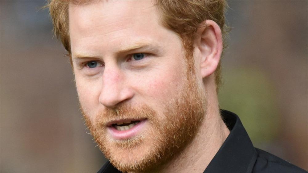 El príncipe Harry con camisa negra