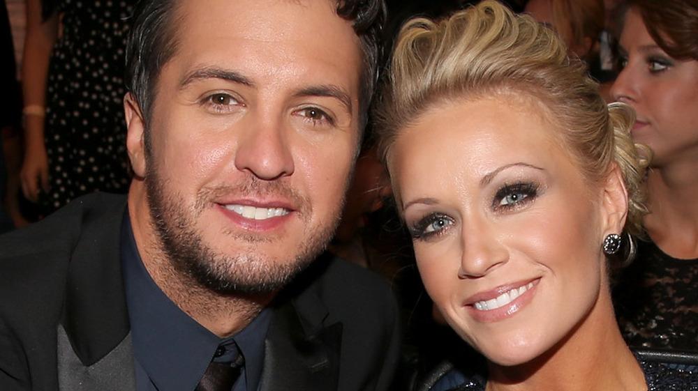 Caroline Boyer y Luke Bryan sonriendo