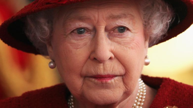 La reina Isabel mirando