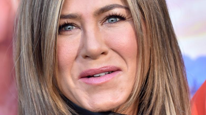Jennifer Aniston posando