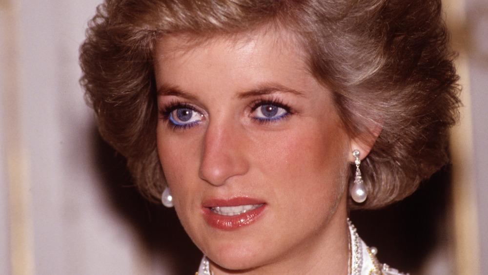 La princesa Diana sonriendo levemente
