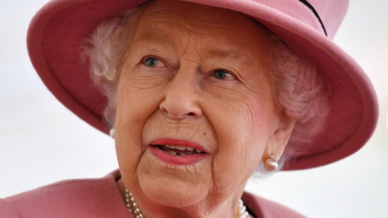 La reina Isabel II lleva un sombrero rosa